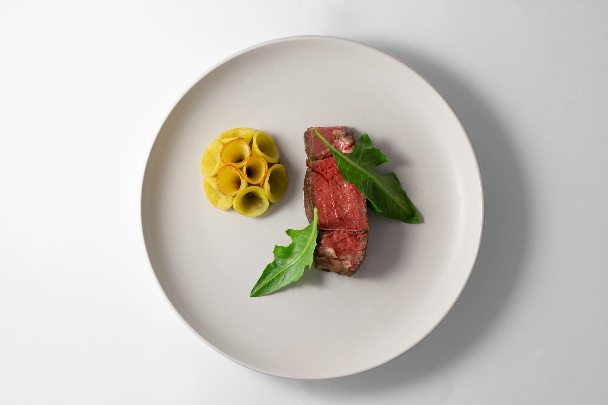 Manzo, melanzane, pesche e cicoria