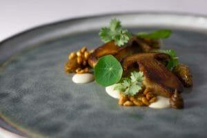 Porcini, pinoli, aglio nero