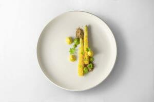 Asparagi, tuorlo salato, bernese all'asperula, pane di segale