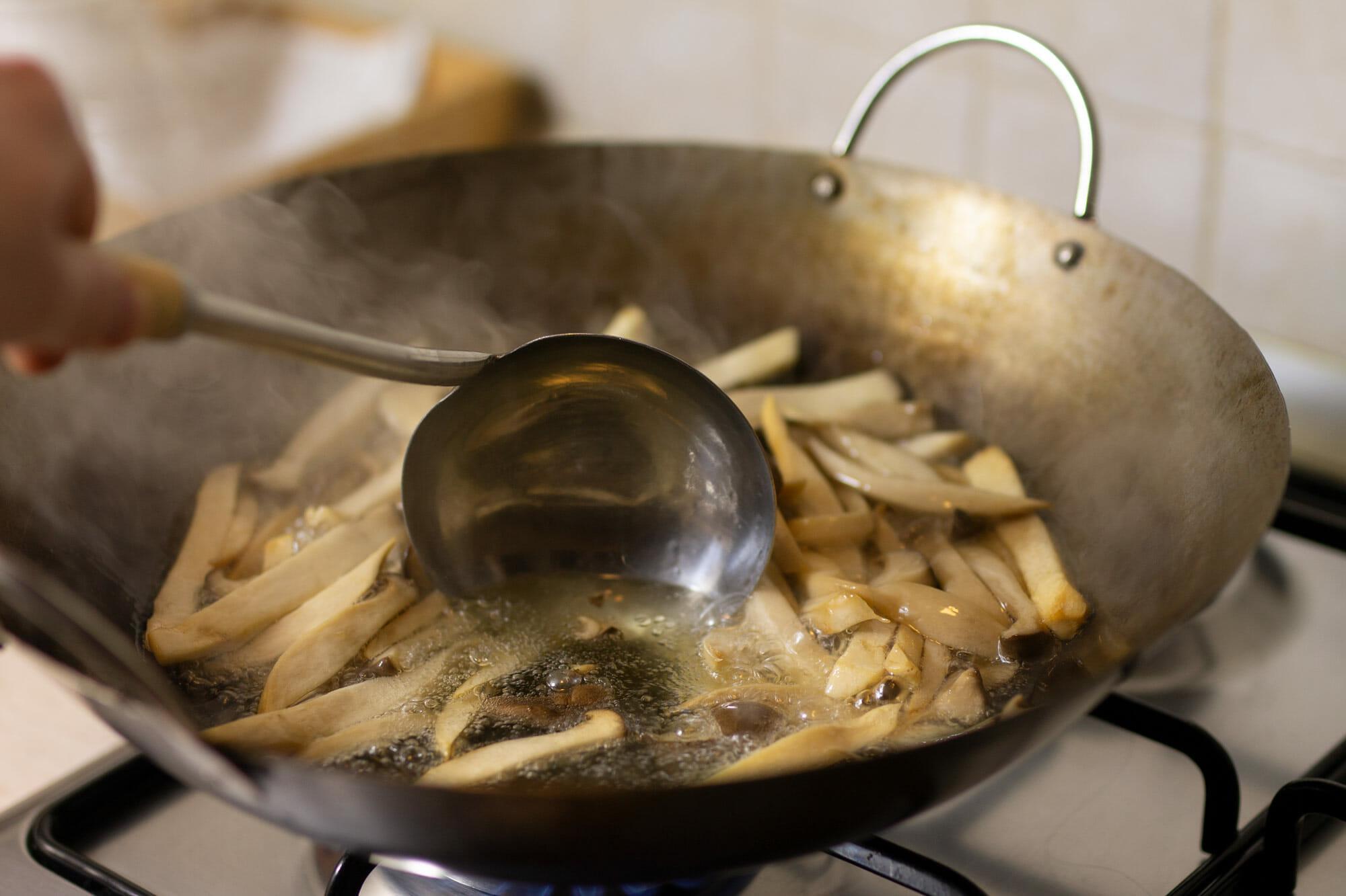 Funghi fritti nel wok