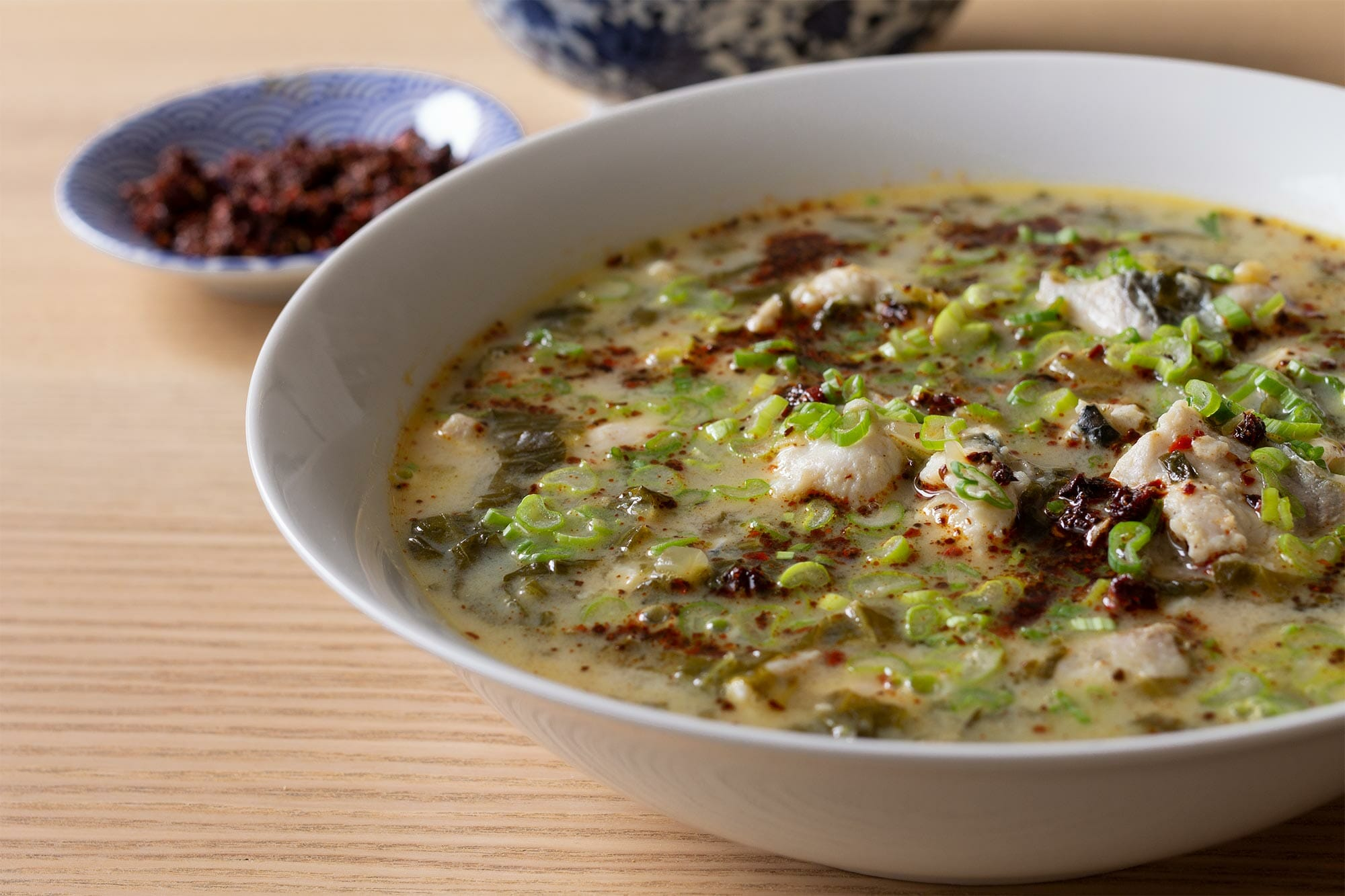 Zuppa di pesce con foglie di senape fermentate